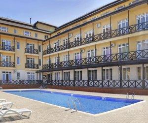 Отель КК Черноморский с бассейном в Крыму