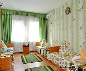 Трехместный номер «Эконом» в гостевом доме «Водолейчик» в Алуште