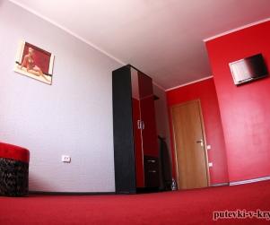 Трехместный номер «Серо-Красный» в гостевом доме «Юлана» Севастополь Орловка